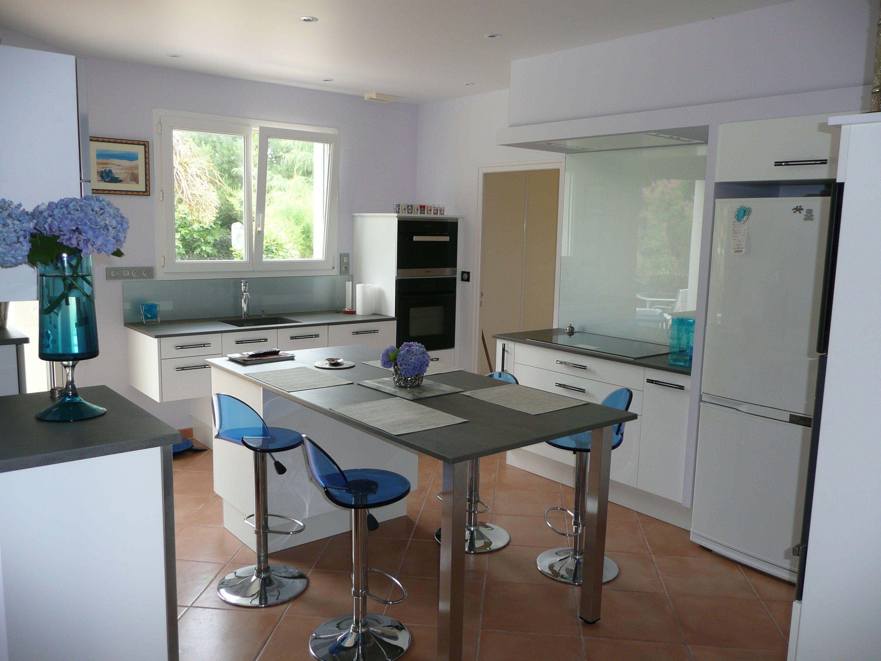 cuisine avec meuble central avec rangement placards prolong dun plateau pour table haute cuisine meuble et amnagement pinterest bureaus