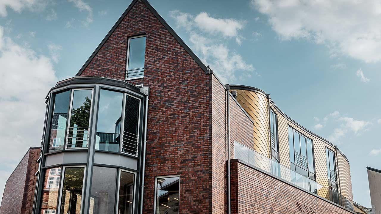 Das Geschaftsgebaude Mit Der Fur Hamburg Traditionellen Backsteinfassade Wurde Um Eine Goldene Rauten Fass Fassadengestaltung Style At Home Fassaden Gestaltung