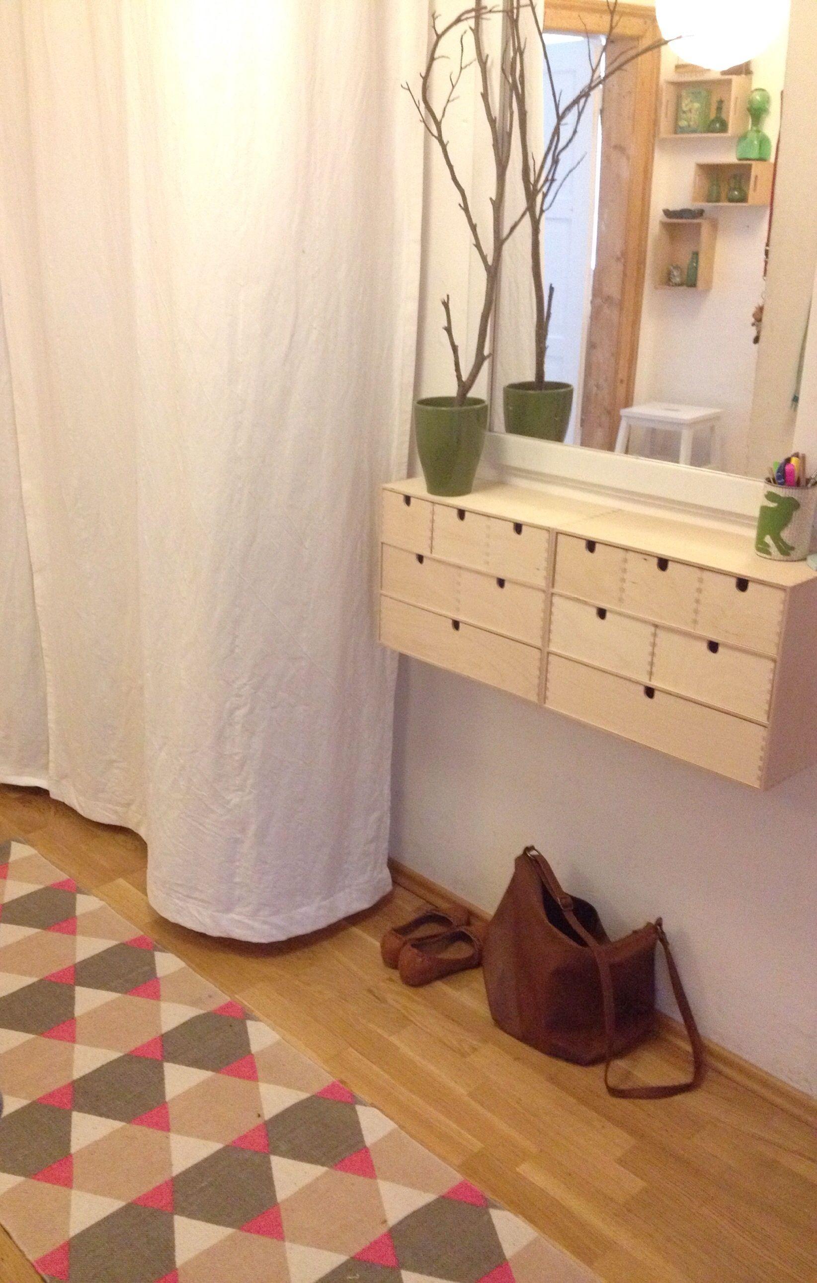 Flur Wandregal aus zwei IKEA Moppe Mini-Kommoden. Coole Idee zum Selbermachen