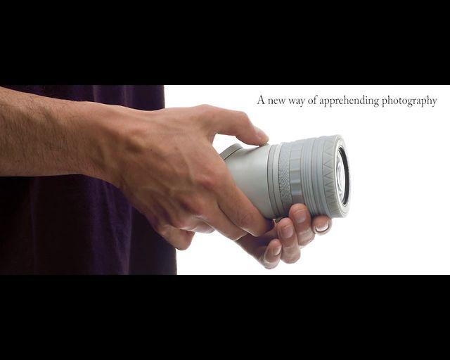 Esta cámara se centra en ser autodidacta con nuestros sentidos táctiles, cuenta con anillos de ajuste de textura para realizar cambios simples, como el brillo, el encuadre, el desenfoque y el contraste. Podrás ver los ajustes en tiempo real en la interfaz simple / visor en ángulo antes de subirlas a Facebook, correo electrónico o subirlas a un álbum en línea directamente desde el dispositivo!