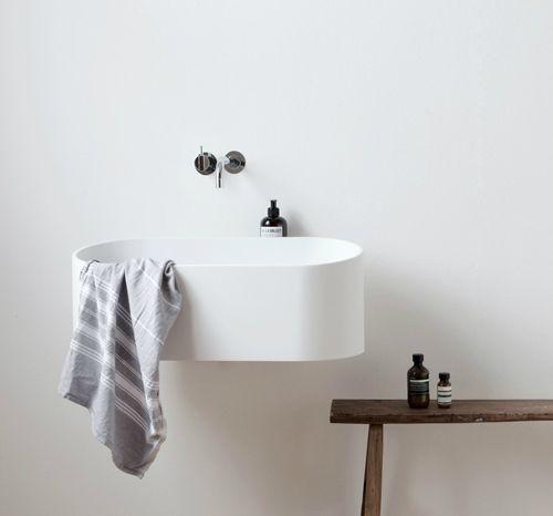 Interior * Minimalism by LEUCHTEND GRAU +++ Full Story: http://www.leuchtend-grau.de/2014/12/minimalistisches-Bad.html  #bath #minimal #white
