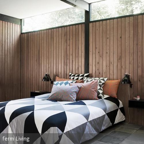 Das Schlafzimmer Wirkt Trotz Der Eher Rustikalen Holzpaneele Modern Und  Peppig. Ermöglicht Wird Dies Durch