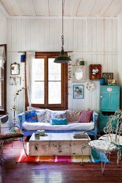 Dans ce salon coloré, une malle de voyage a été installée en guise - como decorar un techo de lamina