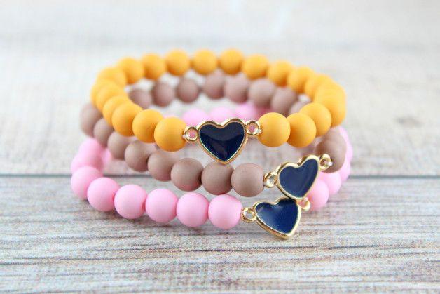 Süßes Armband aus pastellfarbenen Acrylperlen und einem emaillierten Herzchen.  Das Armabnd hat einen Umfang von 18 cm und ist zusätzlich noch dehnbar so dass es um jeden Arm passt.  Das Armband...