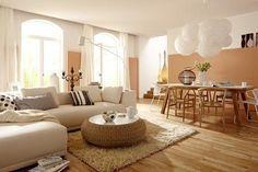 Wo Aprikot und Sandfarben den Ton angeben, ist Sommer-Stimmung garantiert. Das Ton-in-Ton-Konzept zieht sich durch den ganzen Raum: Vom cremefarbenen Sofa,...
