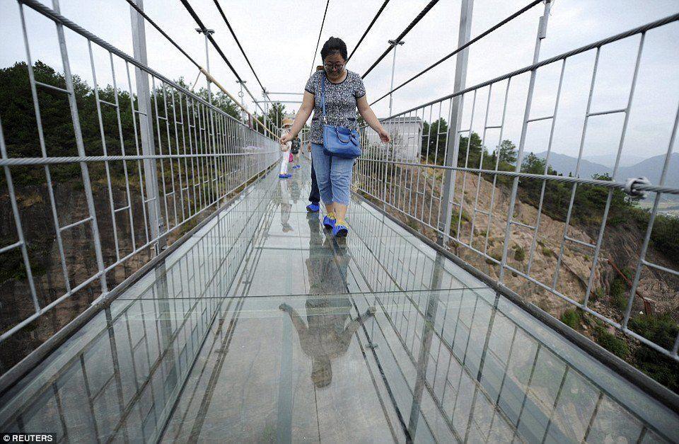 El puente se tambalea un poco cuando la gente camina a través de él, un factor agregado a la experiencia aterradora.