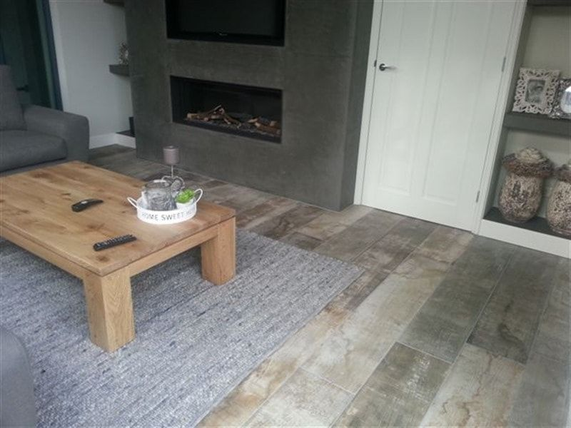 Hout tegels met een warme stoere uitstraling in de woonkamer ...