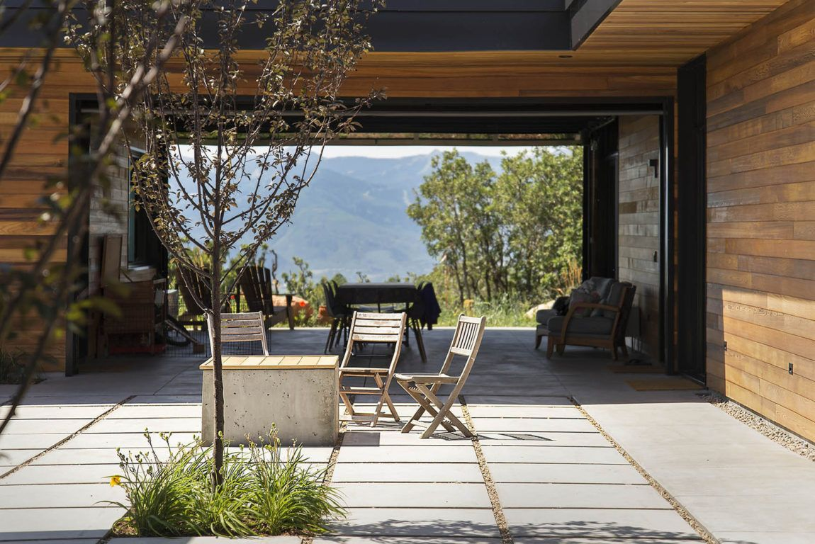 With Fantastic Views Over The Mountains This Wonderful House Will Charm Its Visitors Modern Mountain Home Concrete Patio Building Design