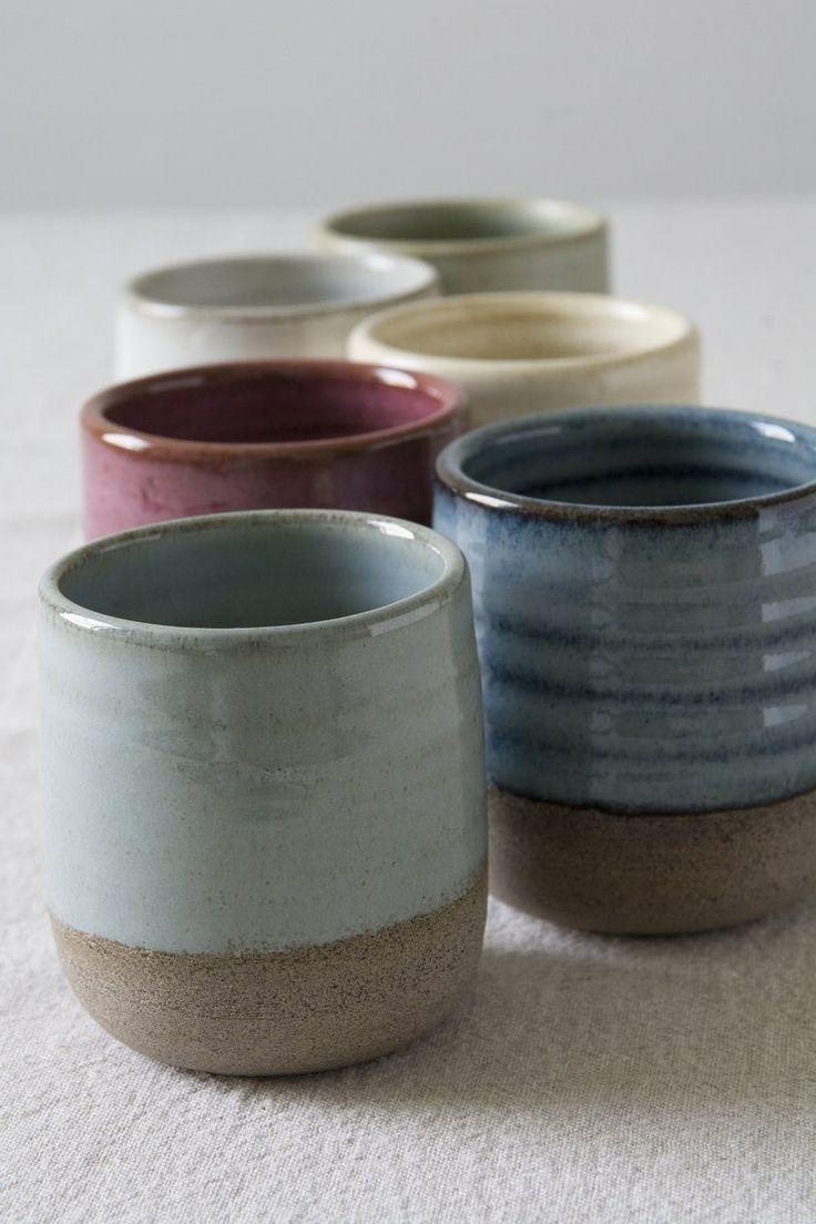 Die Tasse ist handgefertigt mit grau gesprenkeltem Ton auf einer Töpferscheibe. Die Tasse ist auf der Innenfläche und teilweise auf der Außenfläche glasiert und zeigt einige der ... #potterypaintingdesigns