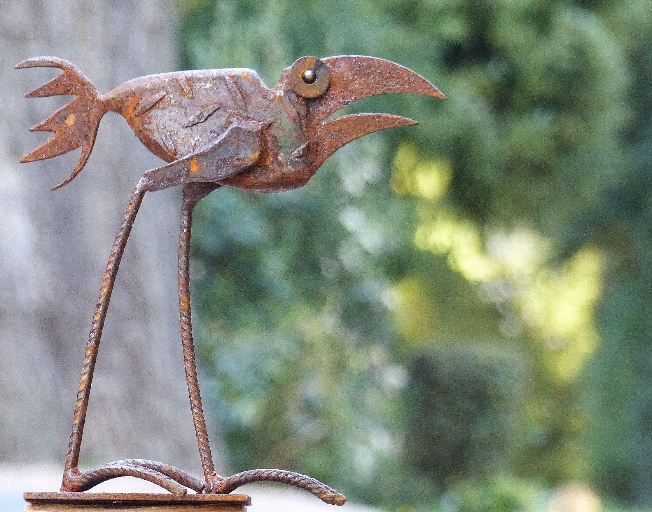 Chris Kircher hat diesen schönen Vogel aus Schrott geschweißt. Er ist aus altem Eisen vom Schrottplatz gefertigt – also Recycling Kunst. Der Vogel aus Metall ist geeignet für drinnen und draußen, zur Dekoration für Haus und Garten. Besuchen Sie ihren Online-Shop, um mehr von ihren sehr lebendigen und charakterstarken, witzigen Vögeln, Fischen und anderen Tieren aus Altmetall zu sehen sowie abstraktere zeitgenössische Skulpturen aus Stahl. Metall Kunst also.