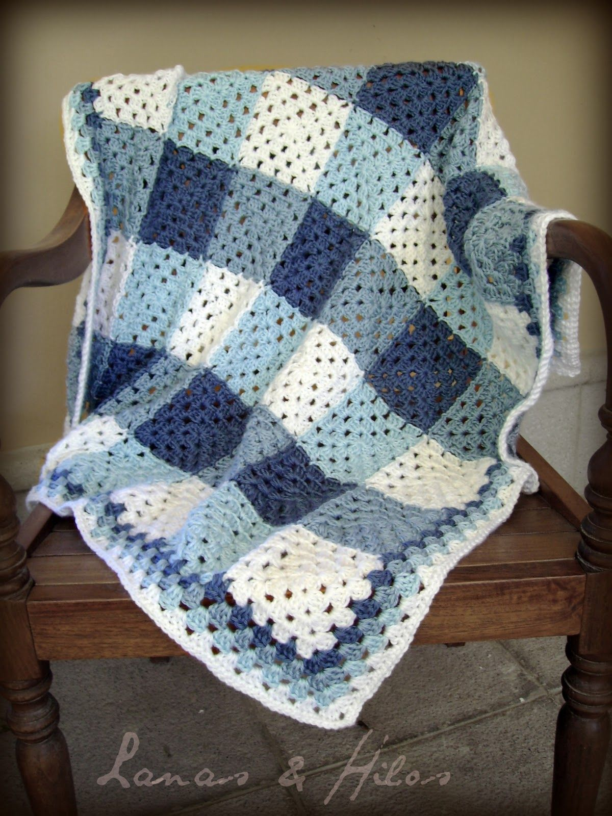 Plaid granny blanket with granny square pattern in English, Spanish, and stitch symbols.  Includes 6 suggested plaid color options, join as you go tutorial, and border suggestions.  By Lanas & Hilos by Ana BC