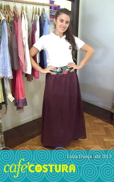 Até a camisa da escola ficou elegante com a saia longa da Luiza!