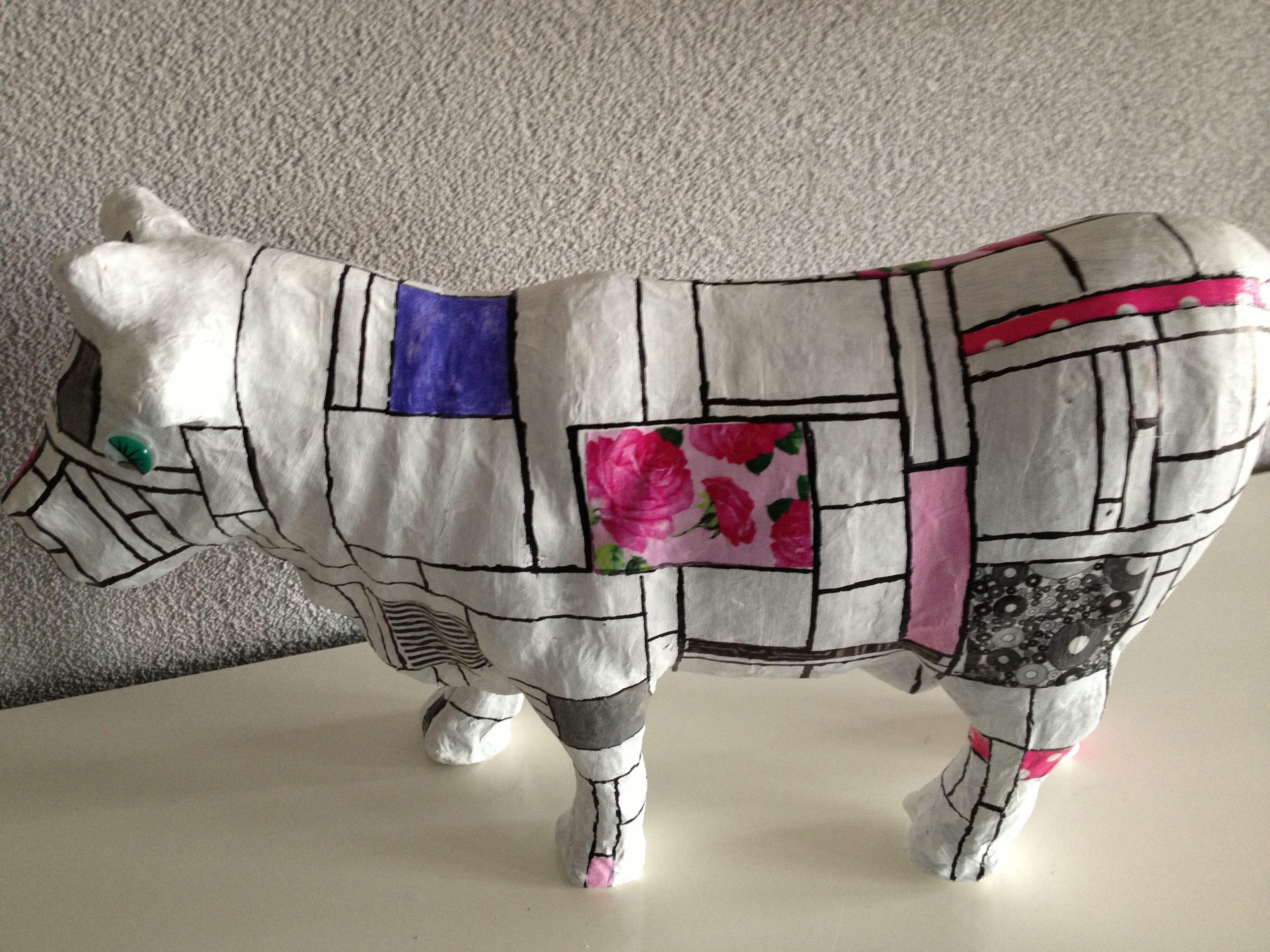 een koe beschilderd en beplakt in stijl mondriaan