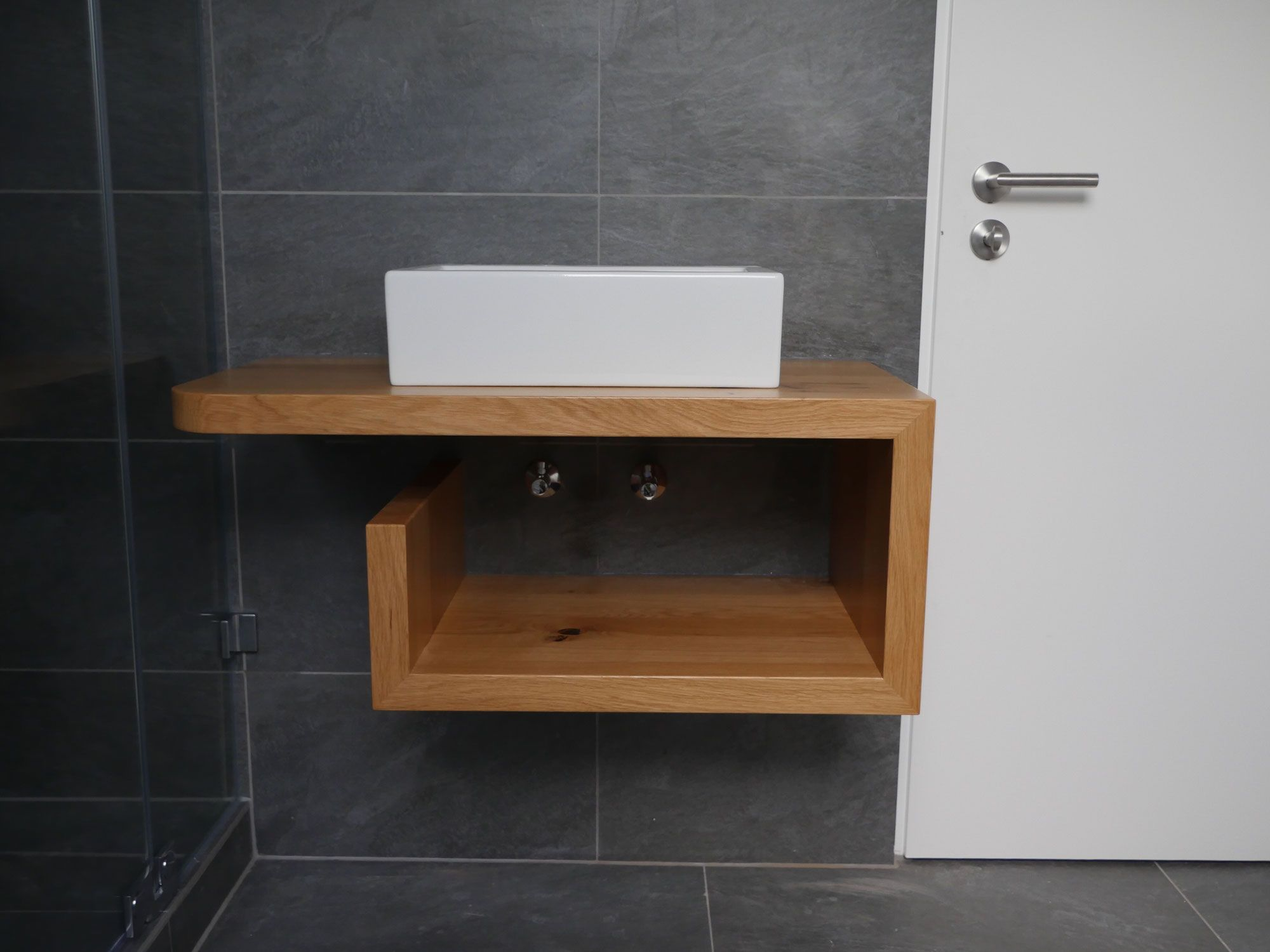 Mit dieser Waschtischkonsole in Eiche wird Ihr kleines Bad zum ganz großen Star! Schreinerei Holzdesign Rapp für Stars & Sternchen, überzeugen Sie sich! #zimmerkleineinrichten