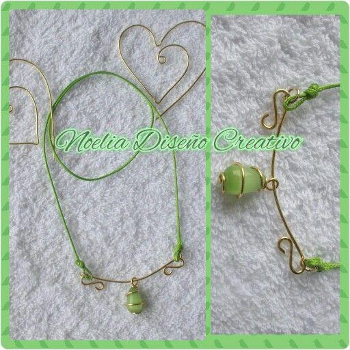 Sencillo collar de cordón piel de serpiente y piedra ojo de gato en forma de lagrima y detalles con alambre tpc