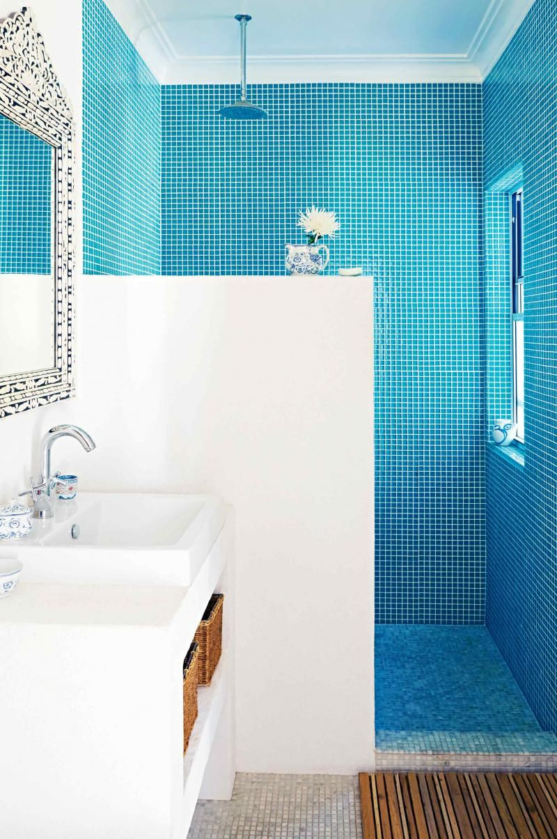 Blue and white bathroom tiles - Dec Greaves Beach Home Blue White Bathroom Tiles