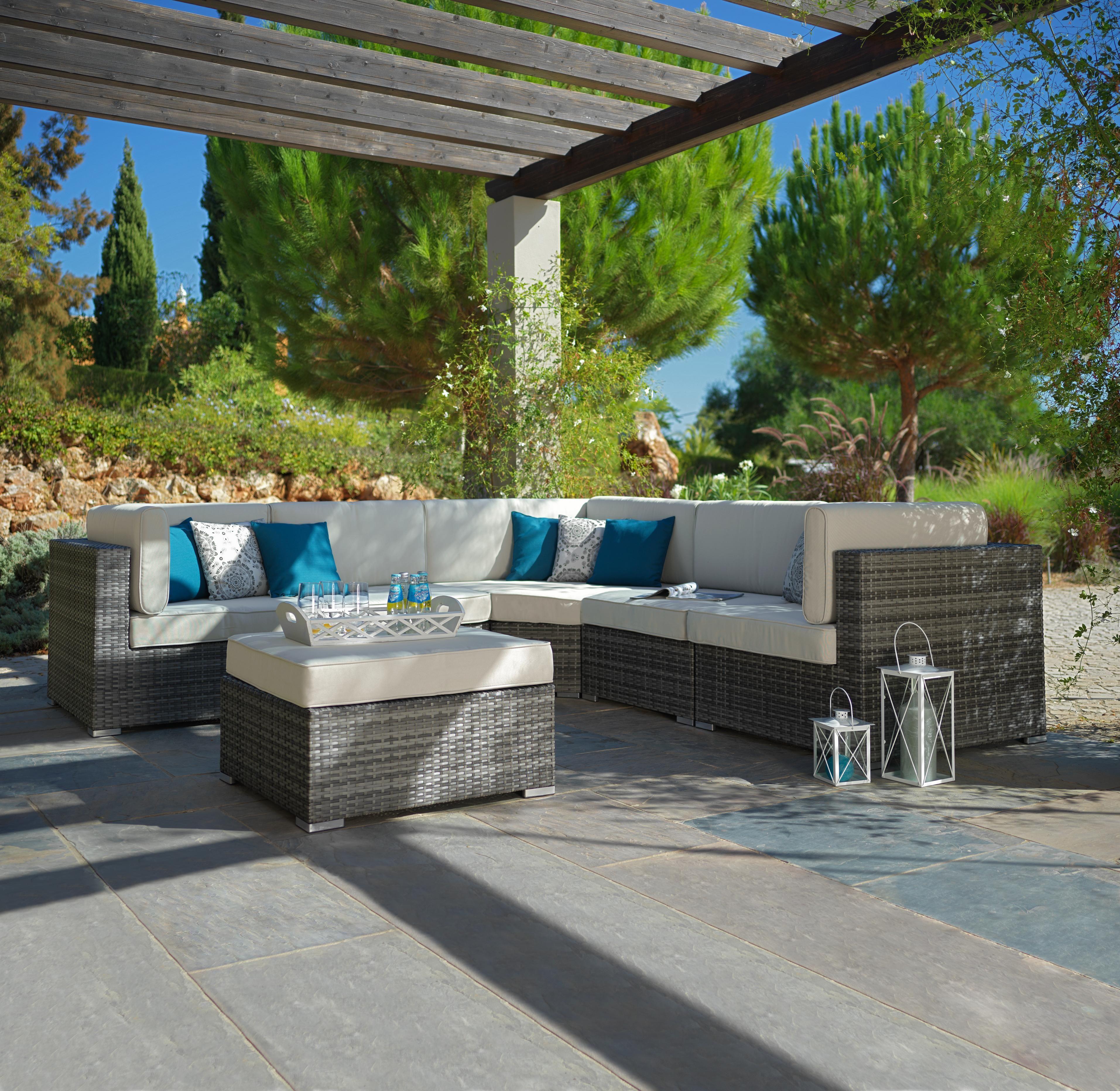 Rattan Gartenlounge Mit Weichen Sitzkissen Garten Lounge Rustikale Gartenmobel Gartenmobel
