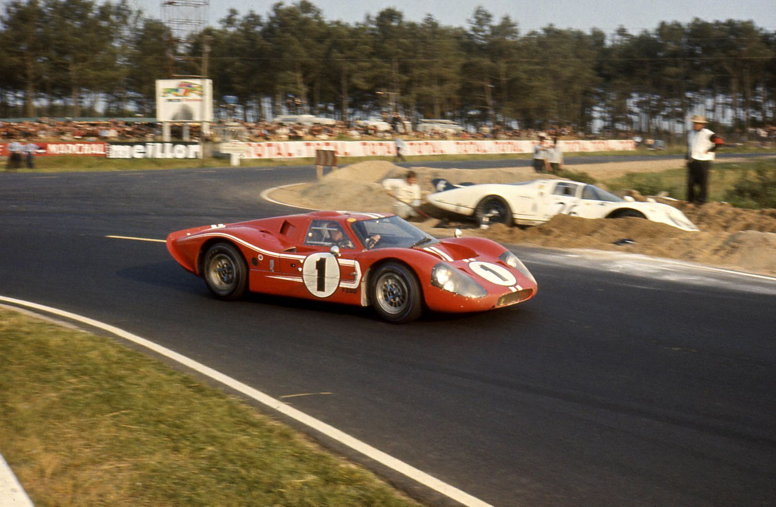 How Ford Beat Ferrari At Le Mans Le Mans Ford Gt Racing