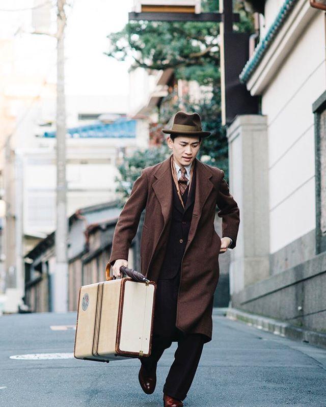 """最新号のスタイルサンプル、ラストを飾るのはクラシックなスーチングのスタイルです。それも、戦前の雰囲気ってのが東京の理容師の間でジワジワ来てる⁉︎ こちらは""""モダンボーイ""""と呼ばれる、大正後期から昭和にかけてのハイカラな着こなし。旅館を出て「ヤバい、汽車に間に合わない!」的な(笑)#popeye_magazine_official #modernboy #モボモガ"""