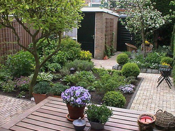 Kleine tuin met boom tuin pinterest hoekjes tuin en for Ideeen kleine tuin