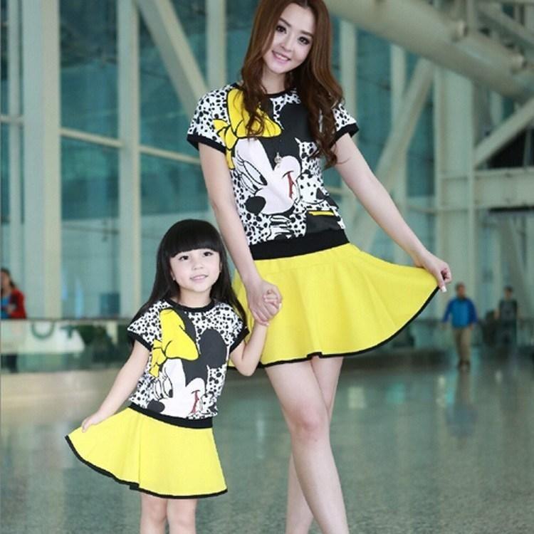 a8f9291f9aaac robe d été en jaune avec imprimé Minnie Mouse pour petite fille et sa mère