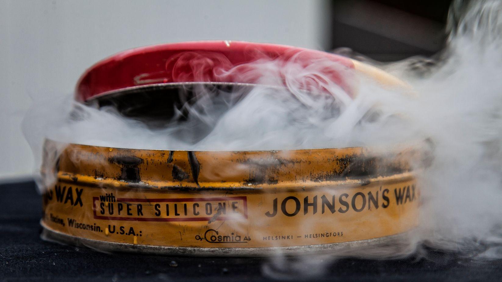 Johnson's Wax with Super Silicone silloin hyvään aikaan, eli ennen kuin ympäristömyrkyistä tiedettiin...
