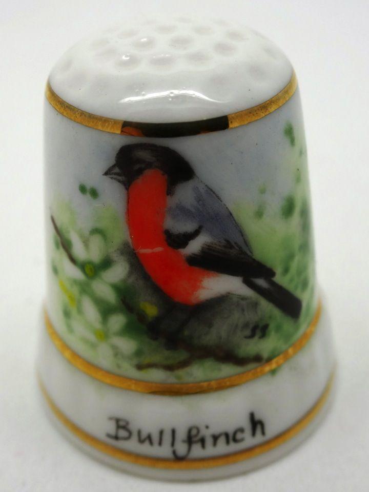 Bullfinch. Payne 82. Firmado S.S. (Susan Sands?). Porcelana pintada a mano. Thimble-Dedal-Fingerhut.