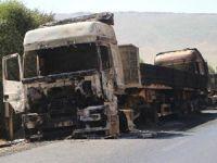 Yol kesen PKKlılar araçları yaktı