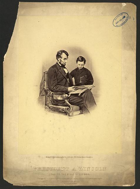 Abraham Lincoln leyendo junto a su hijo Thomas
