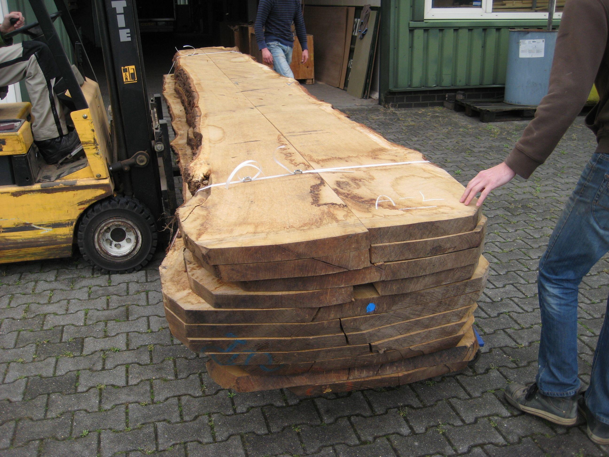 Van dit hout gaan we de tafel maken.   Eiken boomstamtafel
