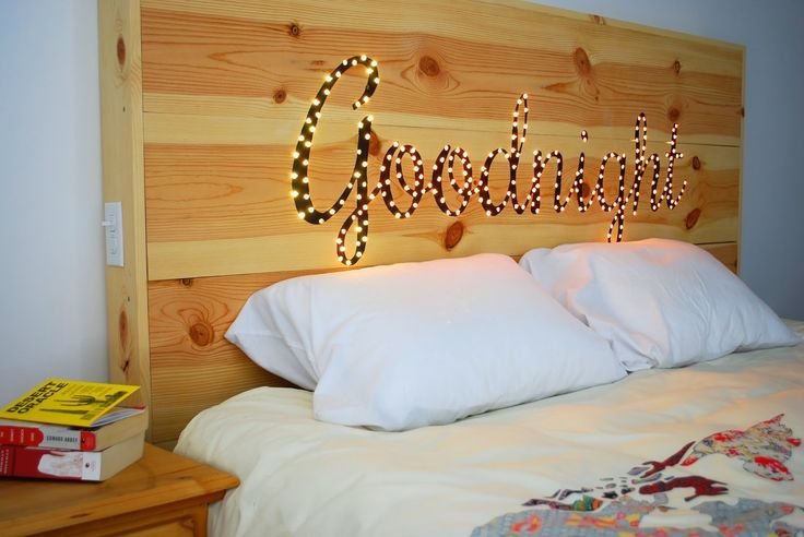 tête de lit en bois à faire soi-même et à décorer de ruban lumineux