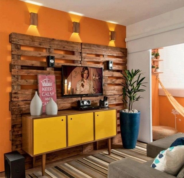 wanddeko holz europaletten ideen bauen orange wandfarbe. Black Bedroom Furniture Sets. Home Design Ideas