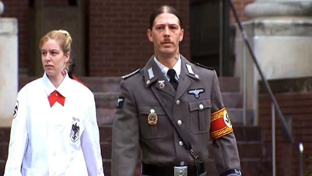 Americano vai a tribunal vestido de nazista pela guarda do filho Hitler