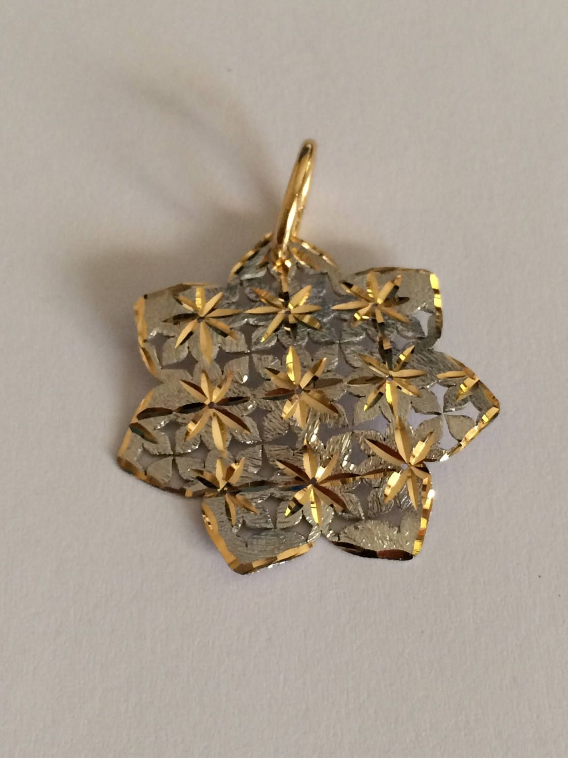 Flower shaped pendant in white and yellow 18k gold. di Meljewelry1908 su Etsy