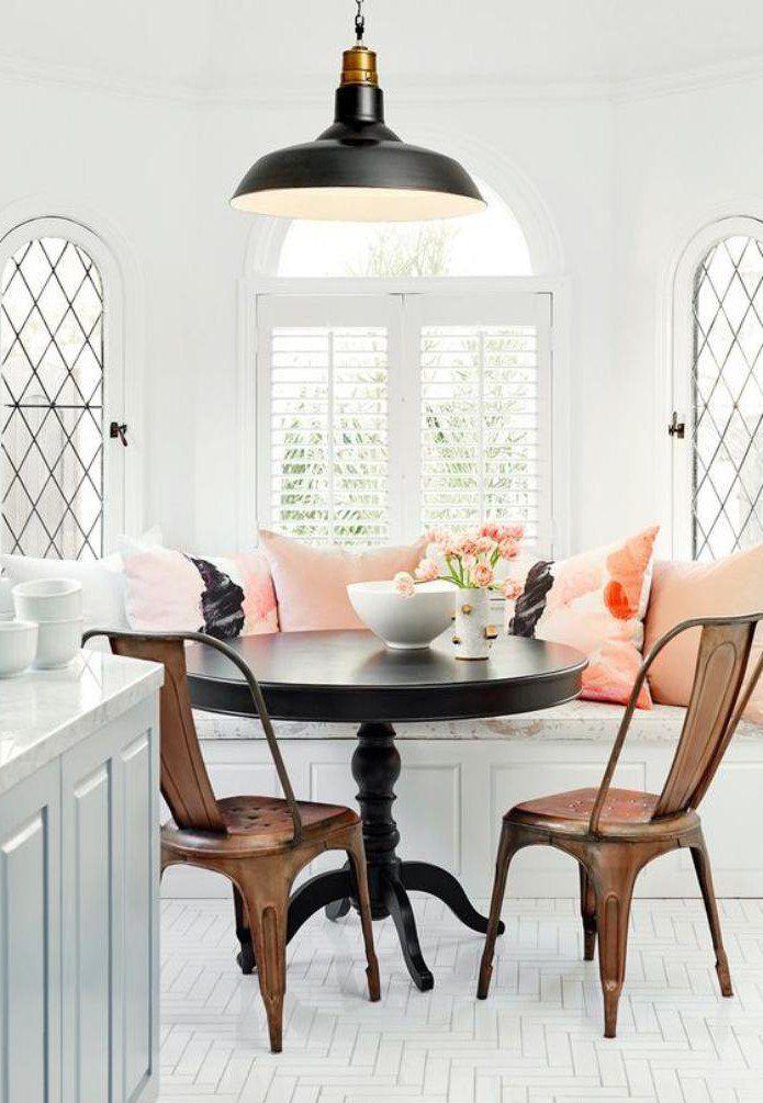 Banquette de table table ronde et chaises tolix couleur miel