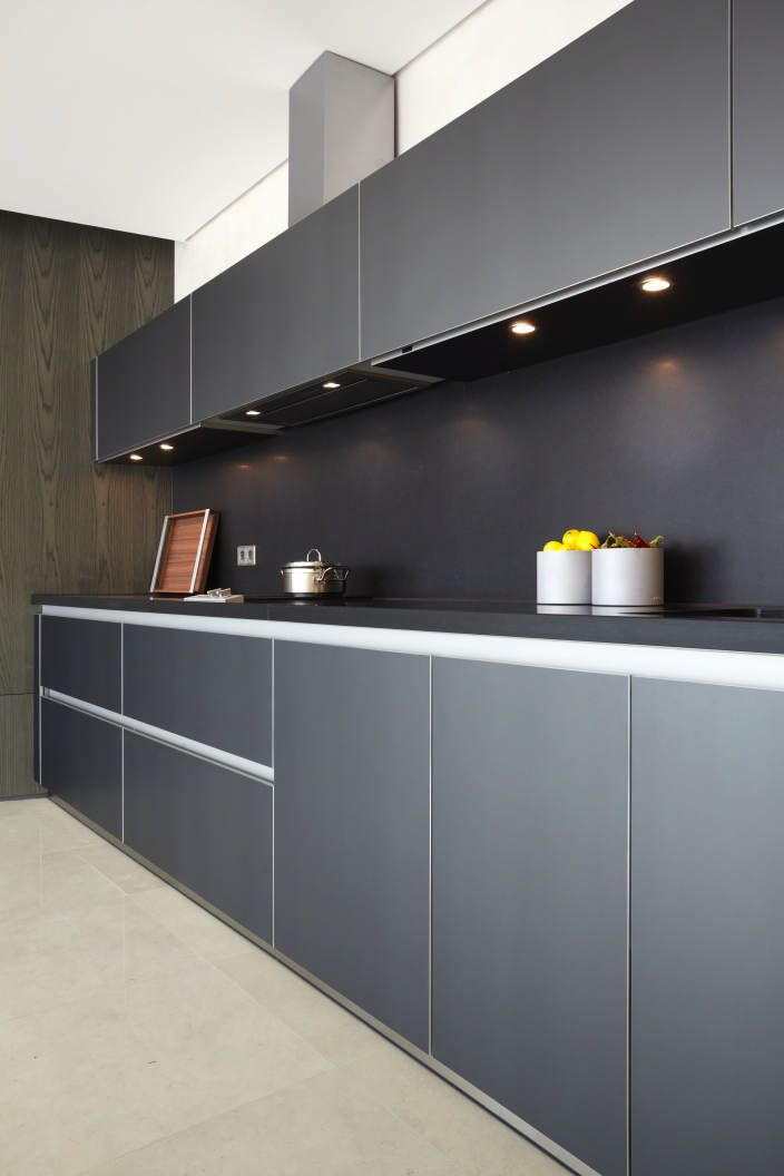 b3 in gray aluminum with laminate worktop. This home is located in Seoul. Photo: Bodo Mertoglu. #bulthaup #kitchens #moderkitchens