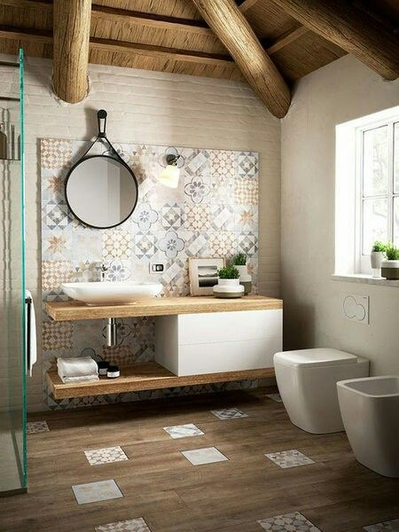 El frente de azulejo imitando a baldosa hidráulica, lavabo en mueble de madera combinado con blanco y suelo de baldosa imitando a madera