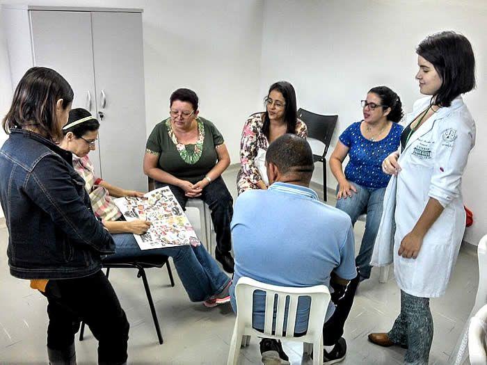 Os cerca de 30 participantes do programa Viva Leve, na Policlínica do Bom Retiro, em Santos, participam da atividade 'Por que a atividade física é importante?'