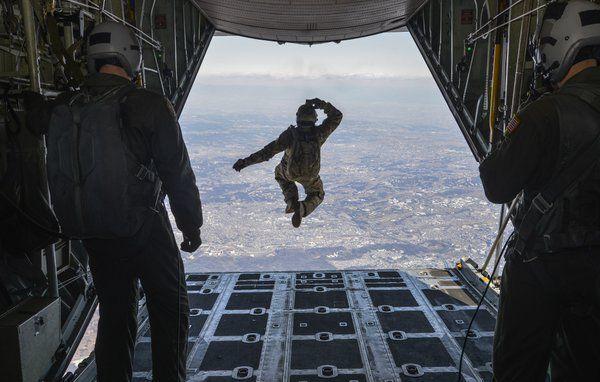 """在日米軍司令部(USFJ)さんはTwitterを使っています: """"米空軍横田基地所属の空軍兵が高度1万フィートでC-130ハーキュリーズから降下訓練をする様子。「いってきまーっす!」(米空軍横田基地 公式HPより) https://t.co/ma3hh8ID7I https://t.co/b3FMiPxiMf"""""""