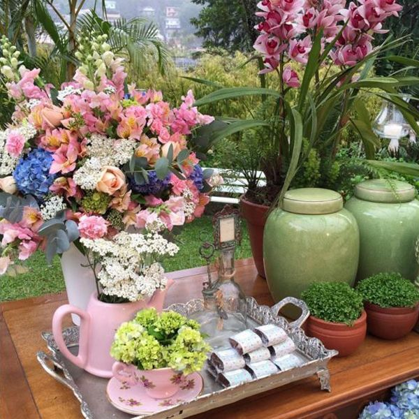 Outro exemplo de como o jogo de chá fica lindo na decor. Inspiração by Andrea Kapps