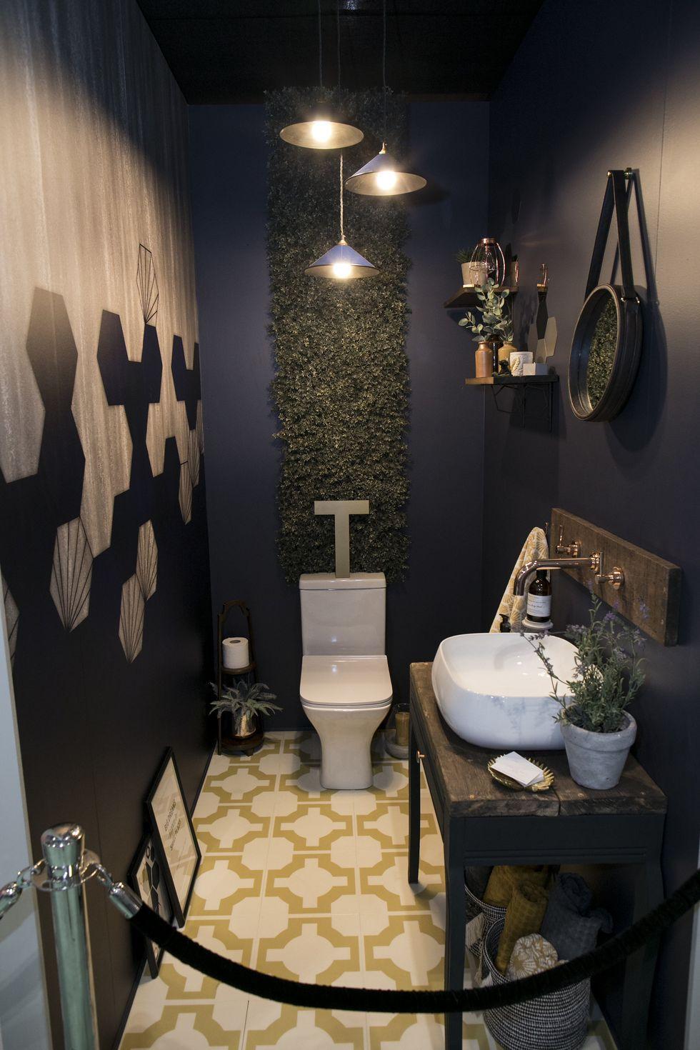 50 Gave Blauwe Toilet Ideeen Met Inspiratie Voorbeelden Tegels Goud Decoratie Donkerblauw Small Toilet Room Downstairs Toilet Toilet Design