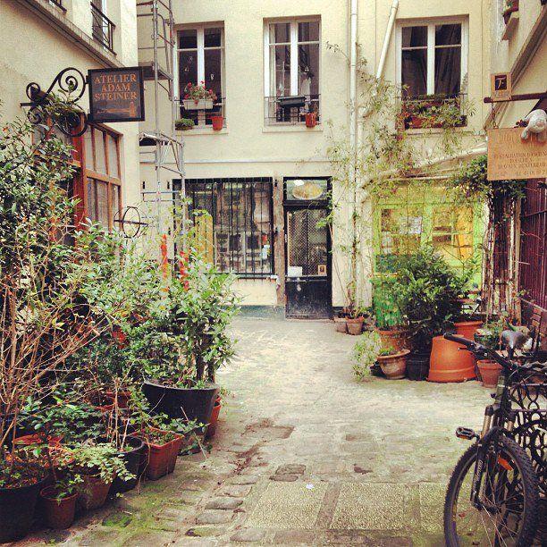 Parijs draait natuurlijk ook om de prachtige musea en kunst. En juist achter gesloten deuren vindt de echte magie plaats. Geheime ateliers zitten overal, het is een kwestie van uitvinden waar ze zijn en hoe je binnenkomt.