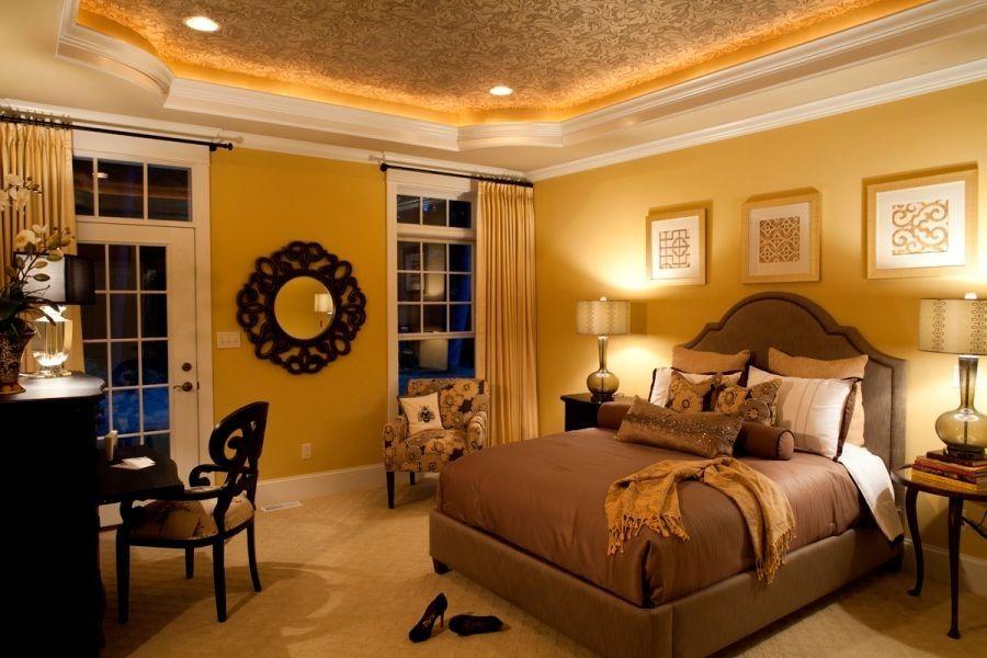 Eine Fach-Decke mit Crown molding und Beleuchtung schafft visuelle