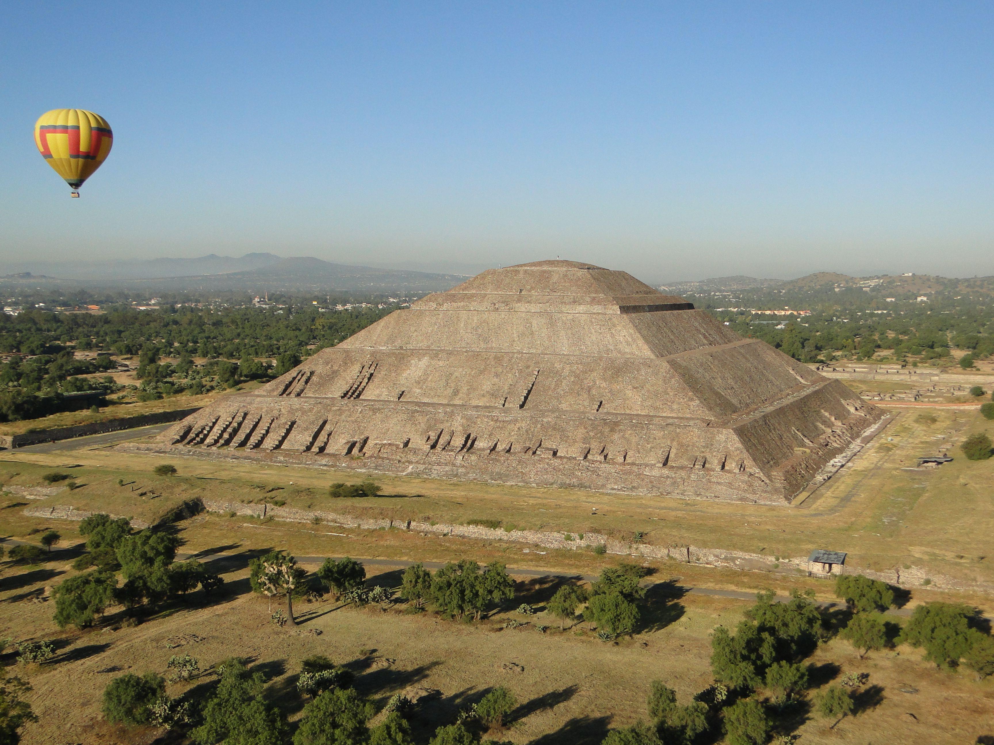 Piramide del Sol, Teotihuacán, México. Vista desde un globo aerostático