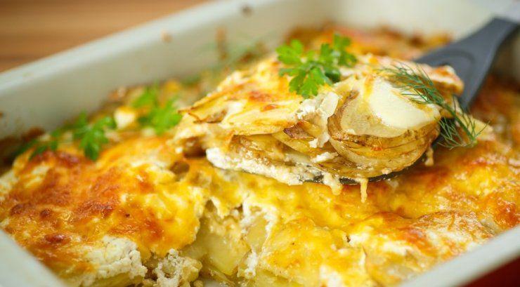Mėgstate bulves? Juk turgelyje jau galima įsigyti šviežutėlių! Tuomet siūlome pasigaminti bulvių plokštainį su varške.