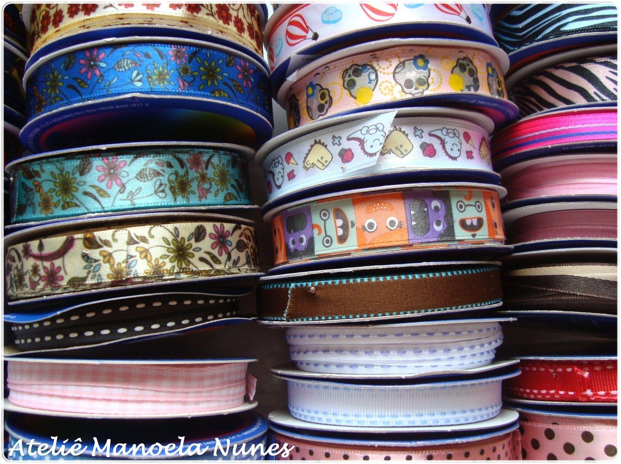 Materiais que utilizo em minhas peças: rendas e diversos modelos e estilos de fitas.
