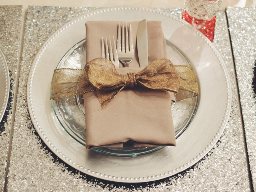 Holiday Dinner Table Setting Silver And Gold Sparkles Sequins Placemats Charger Plates Mismatched W Dinner Table Setting Holiday Dinner Table Dinner Table