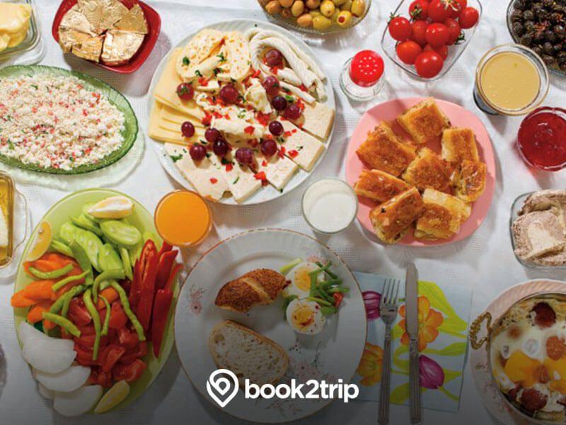 كرواتيا الفطور في كرواتيا أشبه بالوليمة فتفترش المائدة بالأطباق المختلفة من اللحوم المقددة بأنواعها والبيض والمخبوزات Breakfast Around The World Eat Food