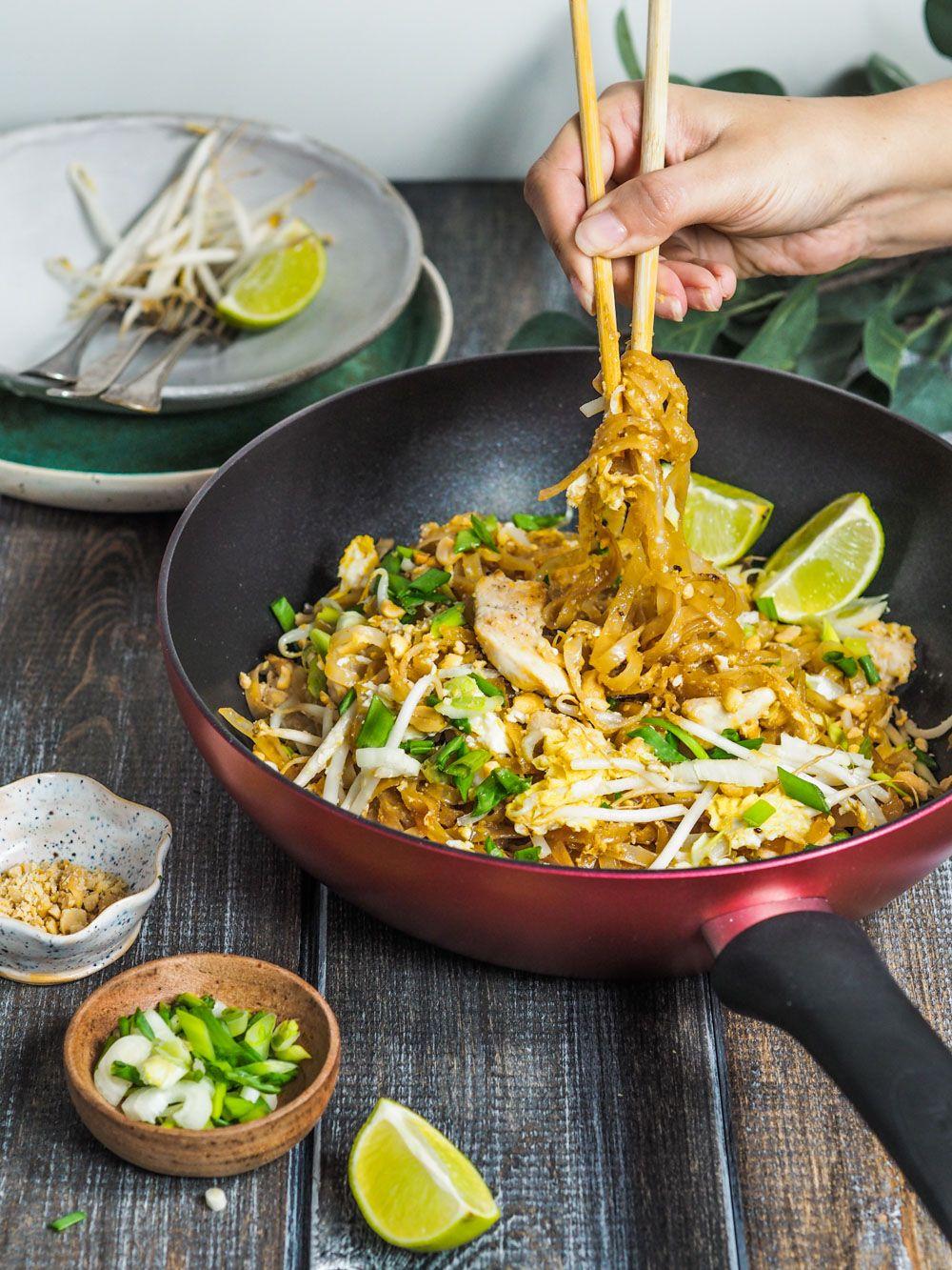 Klasyczne Danie Kuchni Tajskiej Pad Thai Z Kurczakiem Zrobisz Go W Domu W 20 Minut Z Dostepnych Skladnikow Najlep Pad Thai Cooking Recipes Culinary Recipes