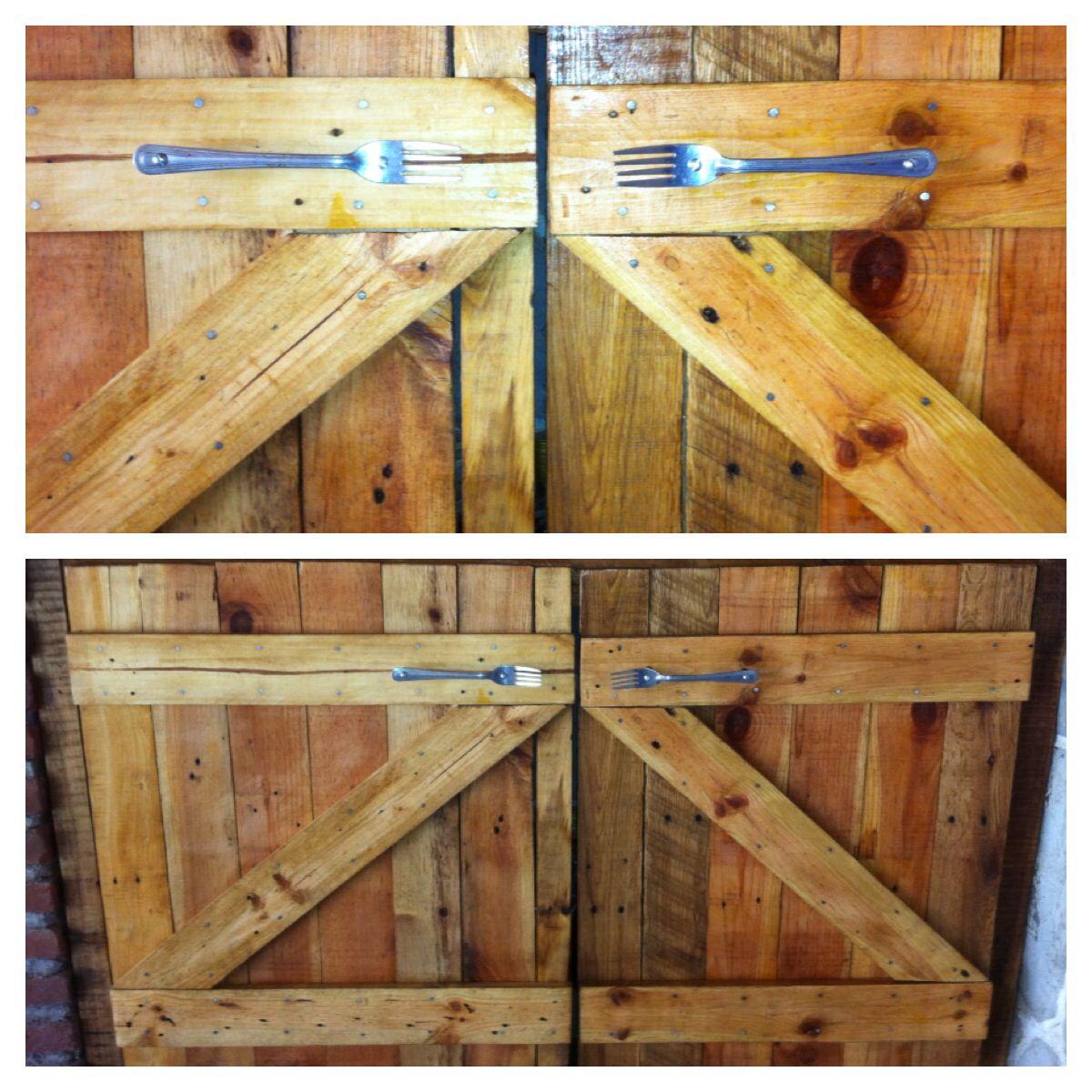 Puertas de palets y utilizando tenedores como manijas for Puertas de palets